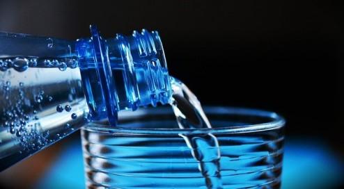Mineralwasser-oder-Leitungswasser--